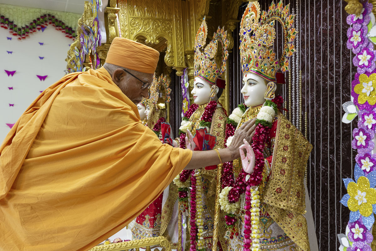 Pujya Kothari Swami performs pratishtha rituals in the relocated mandir