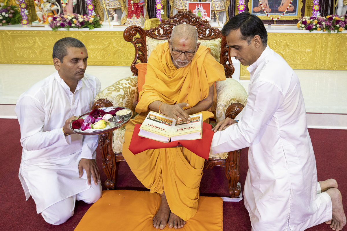 Pujya Kothari Swami performs pujan of the Vachanamrut
