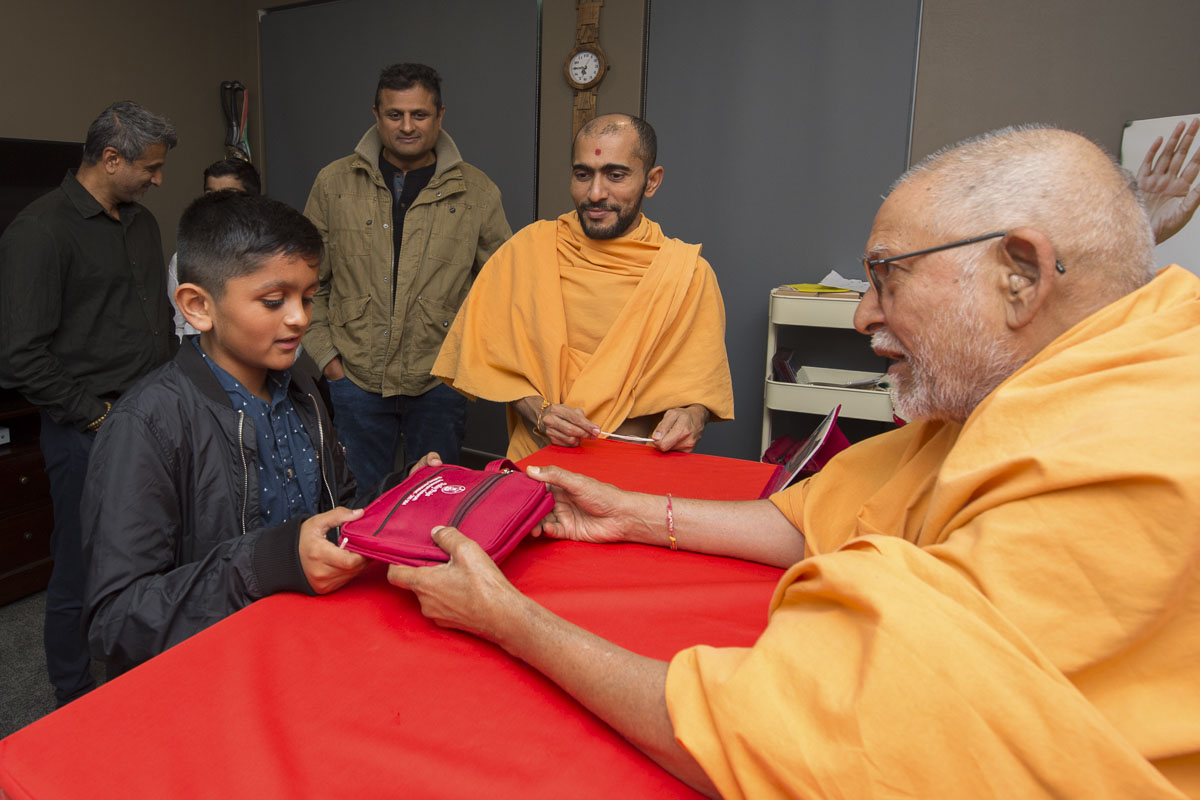 Pujya Kothari Swami gives a puja to a child