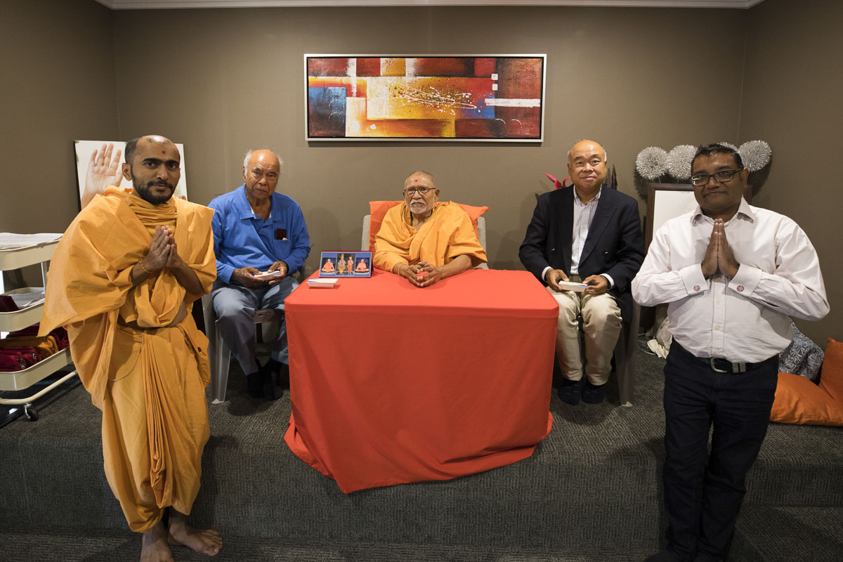 Invited guests with Pujya Kothari Swami