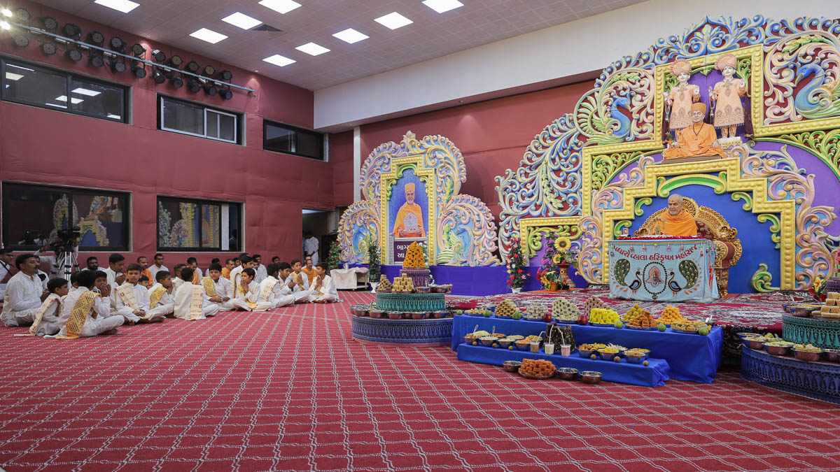 Children chant mantras in Swamishri's puja