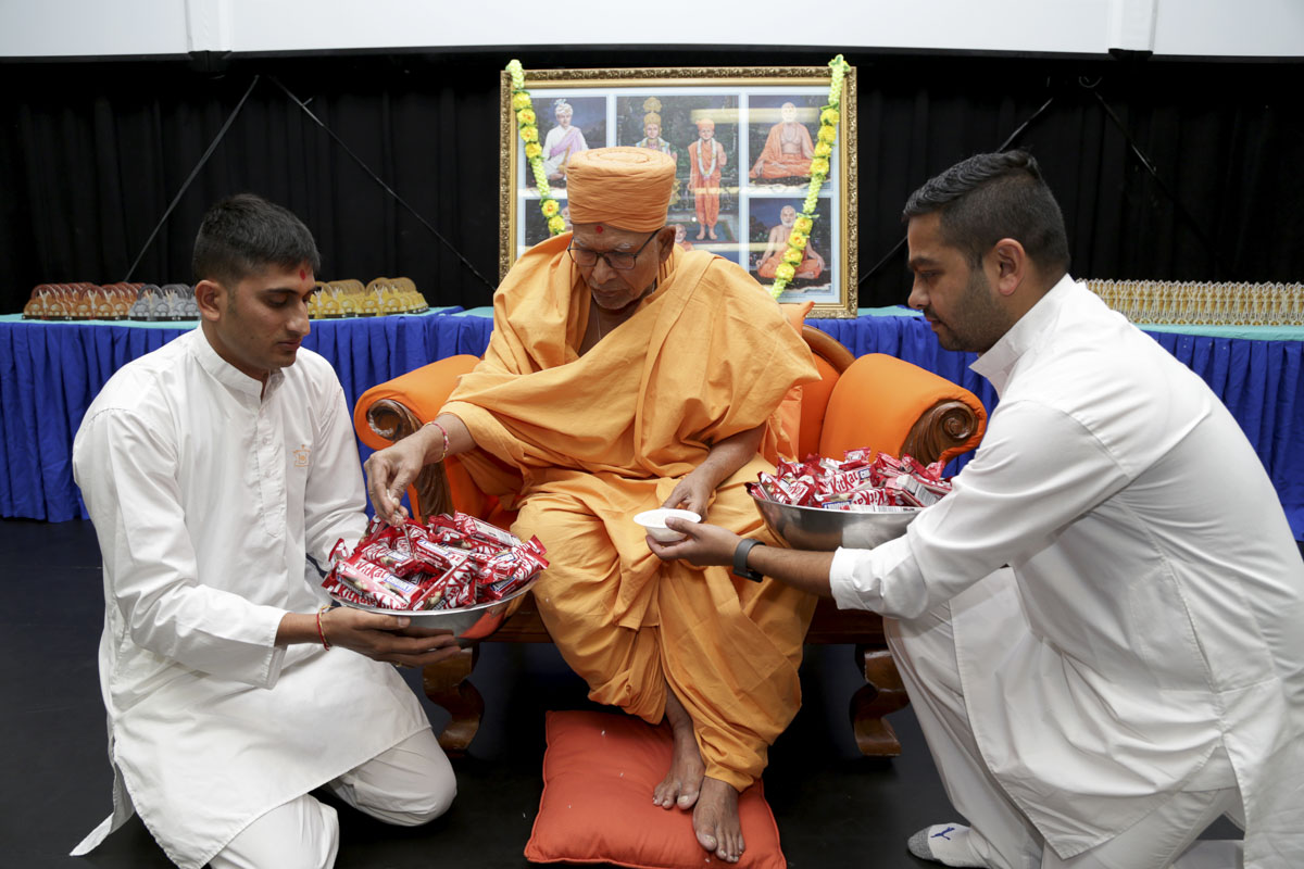 Pujya Kothari Swami sanctifies chocolates
