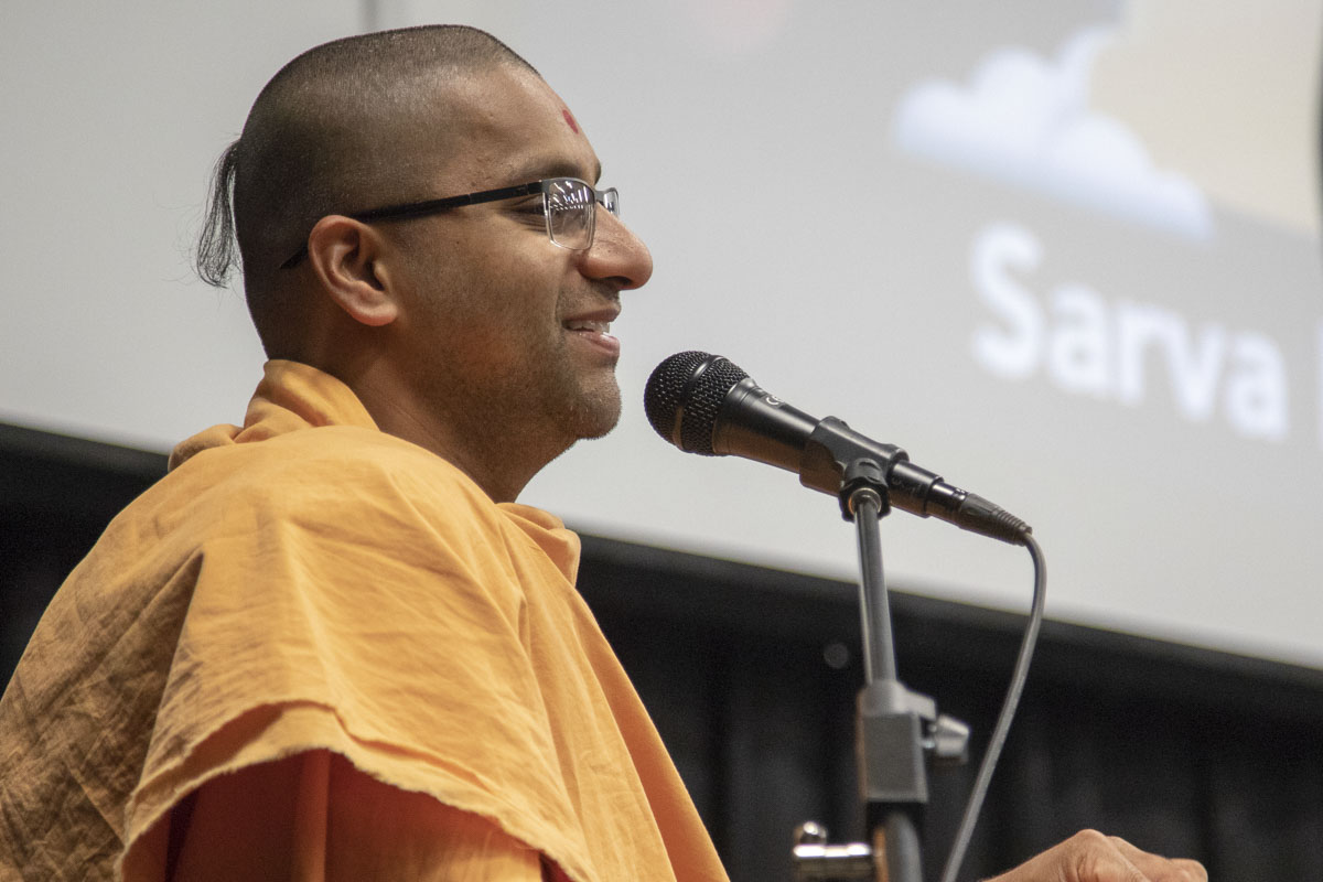 Brahmasmaran Swami addresses a shibir session