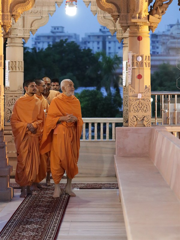 Swamishri reads a quotation
