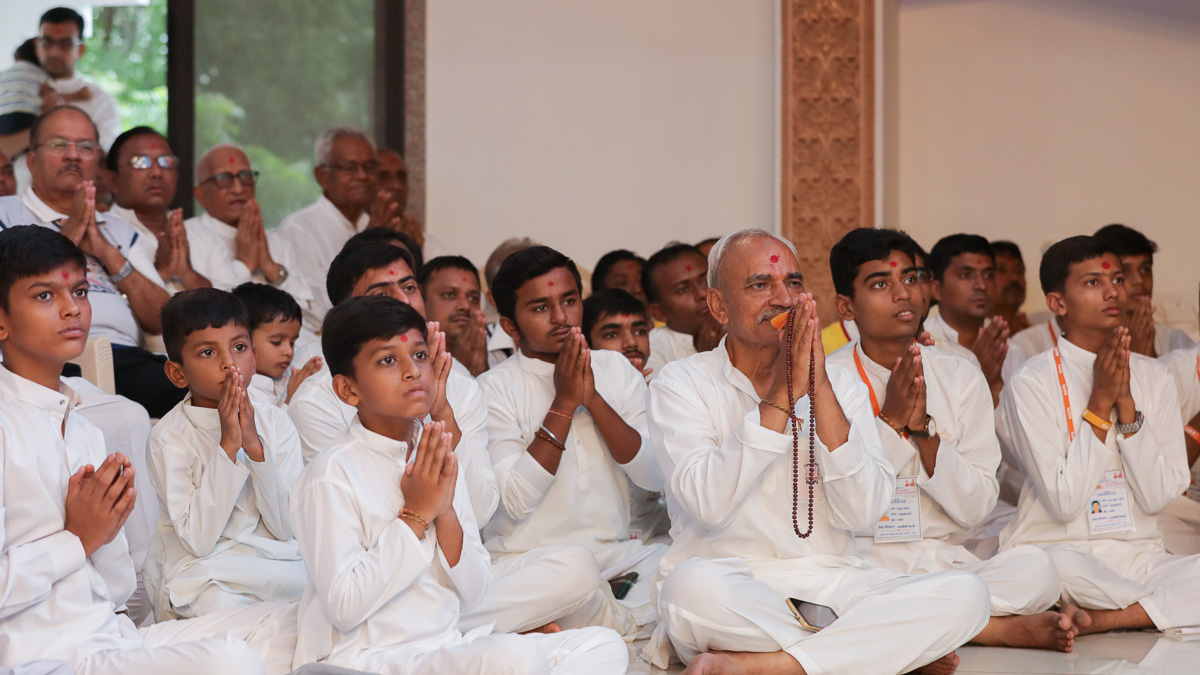 Children and devotees doing darshan of Swamishri