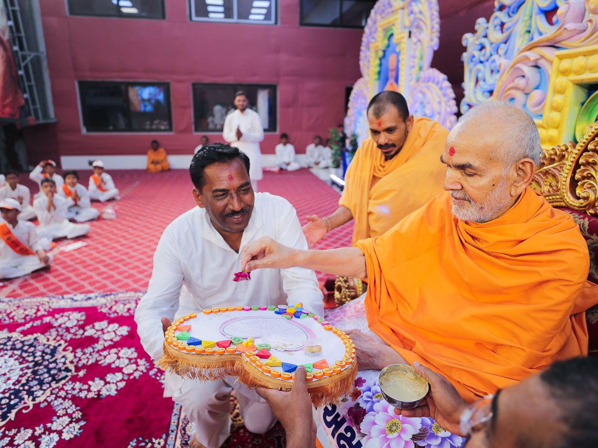 Swamishri sanctifies a decorative offering