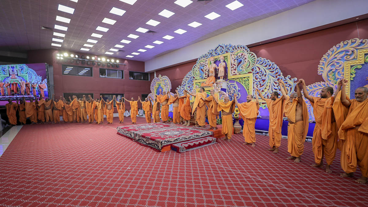 Swamishri and sadhus join hands in a gesture of unity