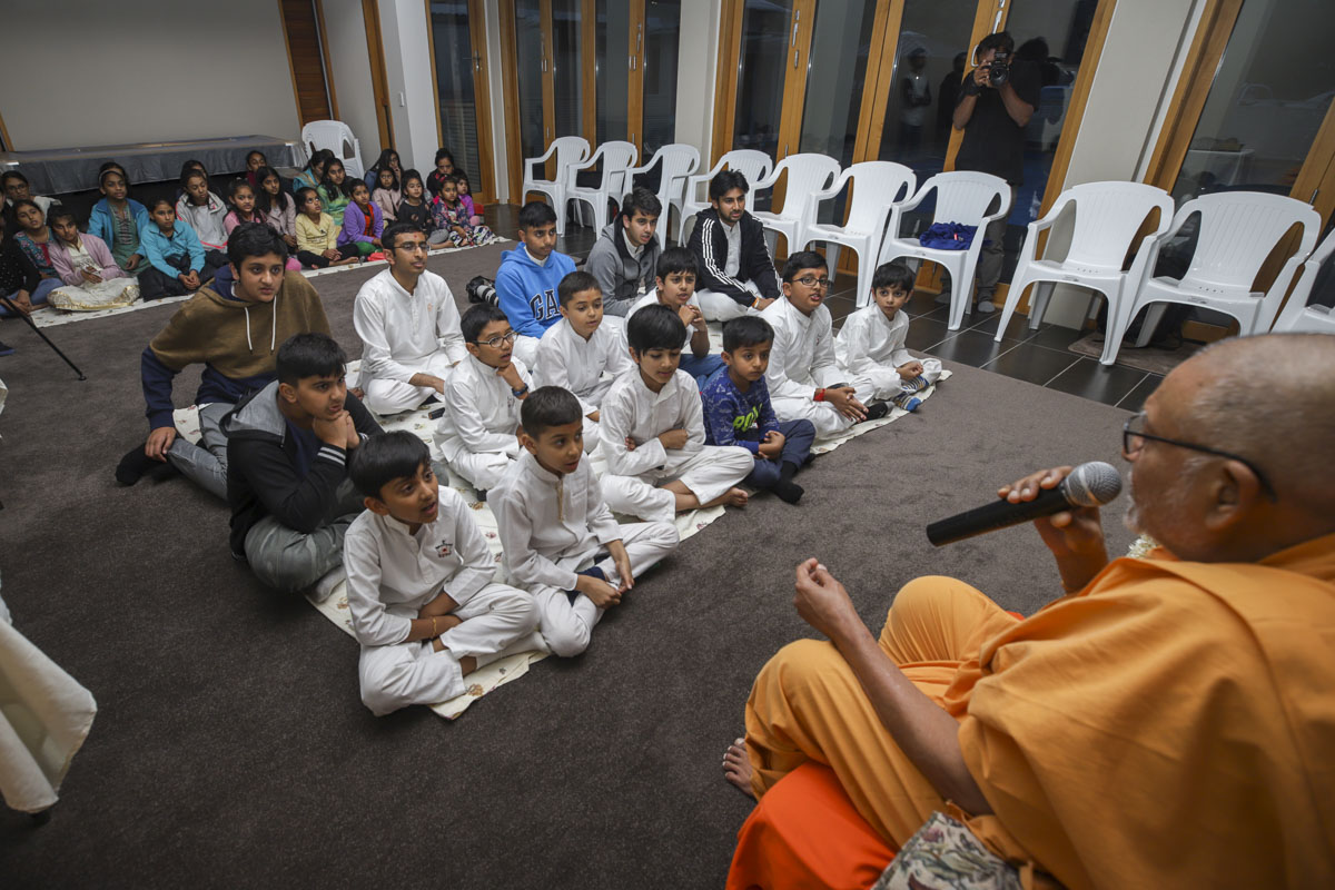 Pujya Kothari Swami delivers a discourse