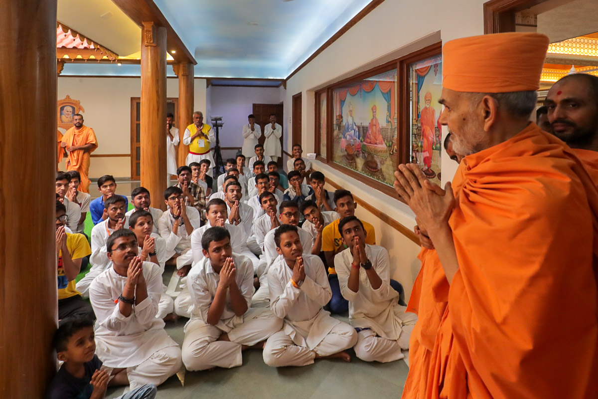 Youths doing darshan of Swamishri in the afternoon