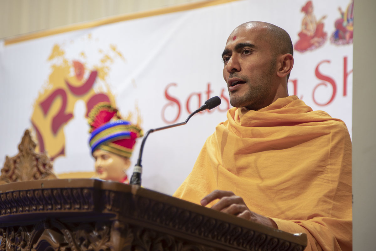 Vimalseva Swami addresses a shibir session