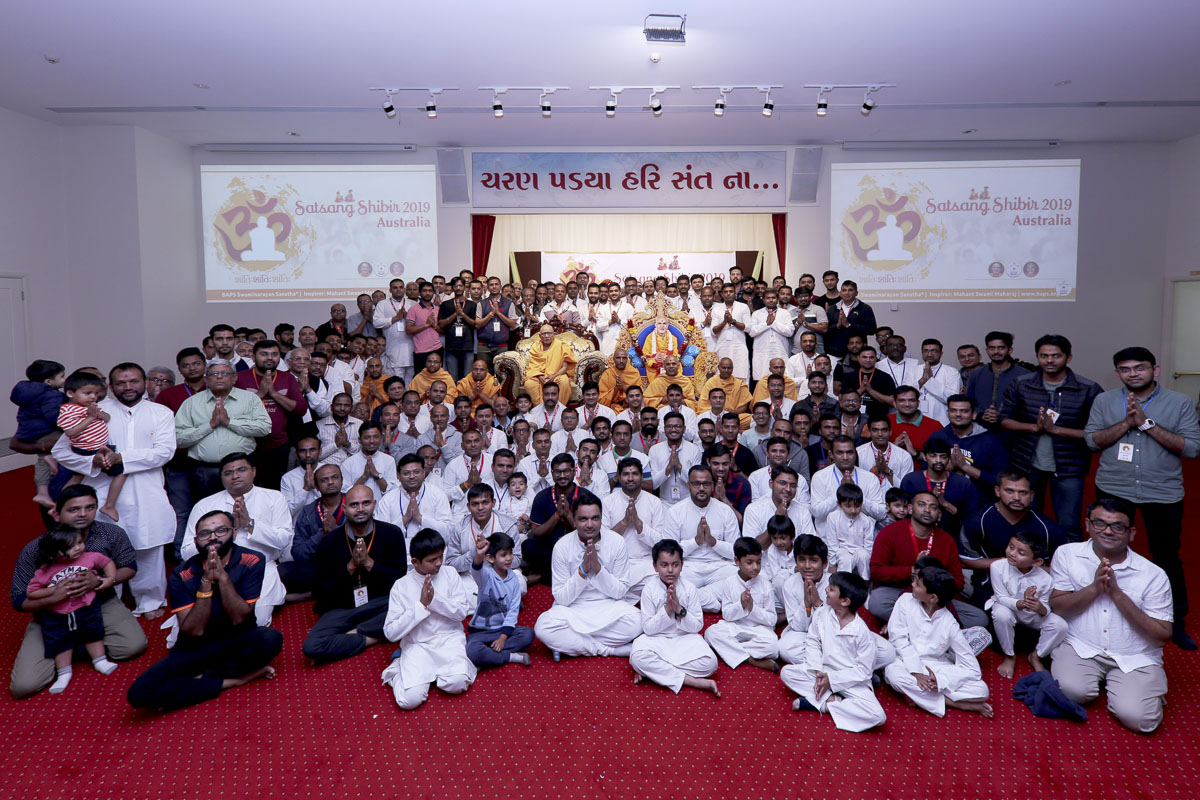 Devotees and sadhus with Pujya Kothari Swami