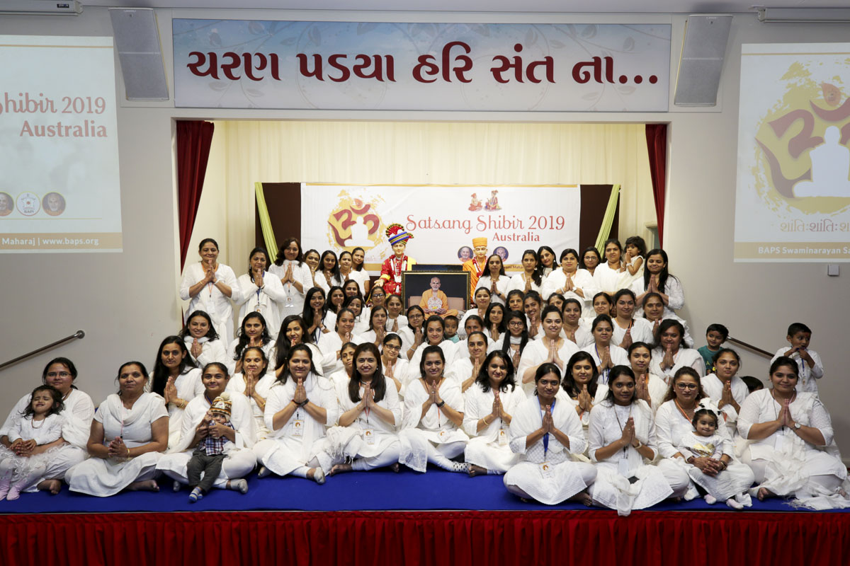 Group photo of devotees