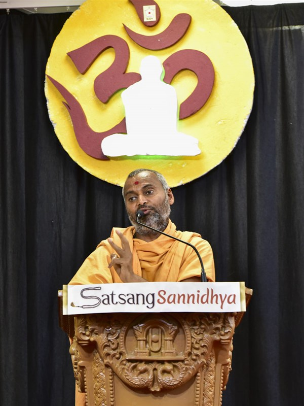 Akhandmangal Swami addresses a shibir session