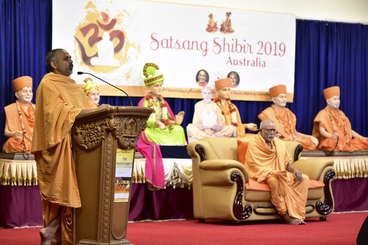Anandbhushan Swami addresses a shibir session