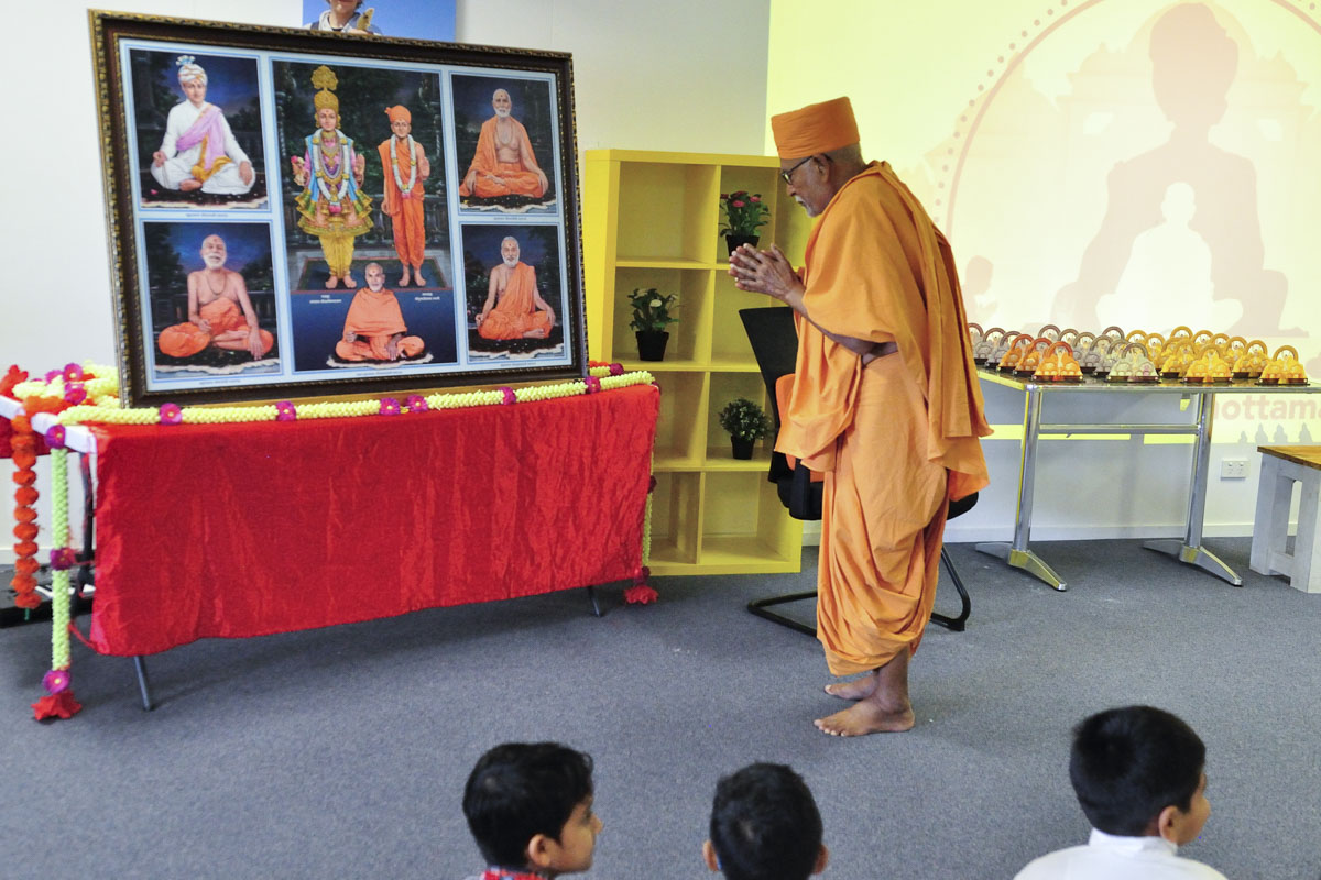 Pujya Kothari Swami doing darshan of Thakorji