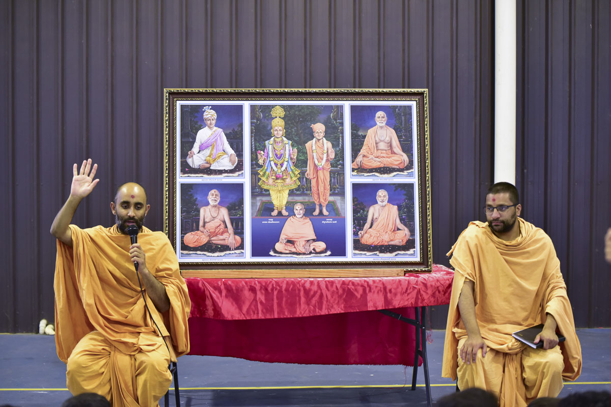 Priyachintan Swami addresses a shibir session