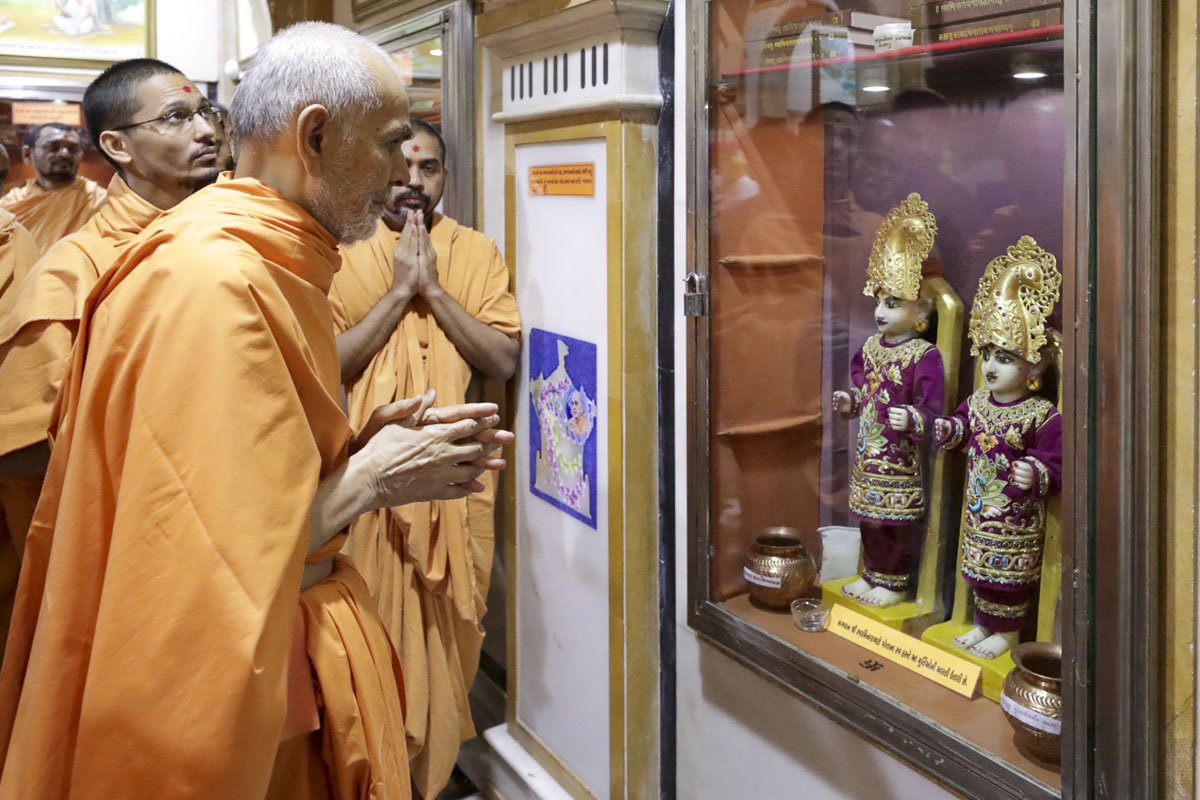 Swamishri engrossed in darshan in the rang mandap