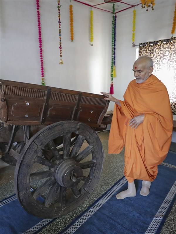 Swamishri doing darshan of a cart sanctified by Bhagwan Swaminarayan