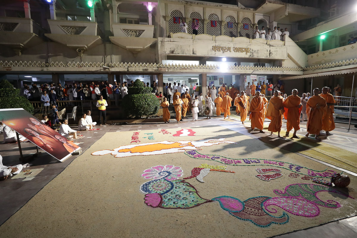 Swamishri observes a rangoli in the mandir grounds