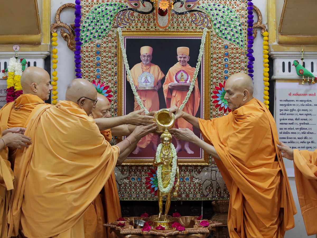 Swamishri and senior sadhus perform abhishek of Shri Nilkanth Varni