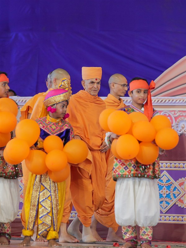 Swamishri arrives in the Guru Purnima celebration assembly