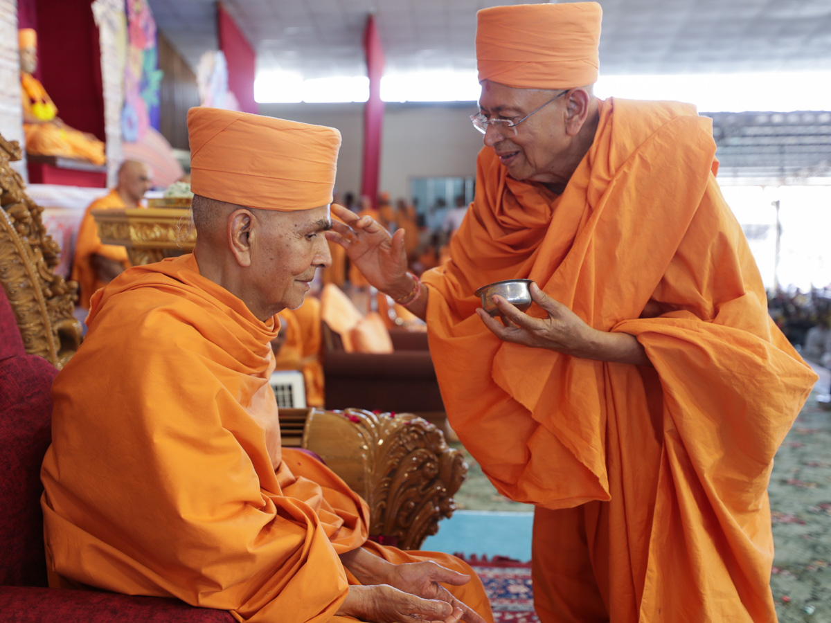 Pujya Tyagvallabh Swami applies archa to Swamishri