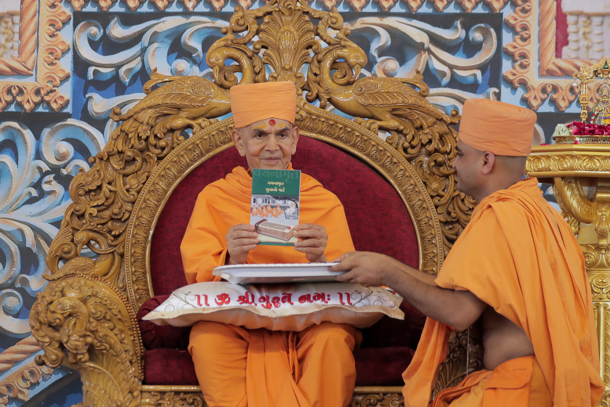Swamishri inaugurates a new Gujarati print publication, 'Vachanamrut Yuvano Mate'