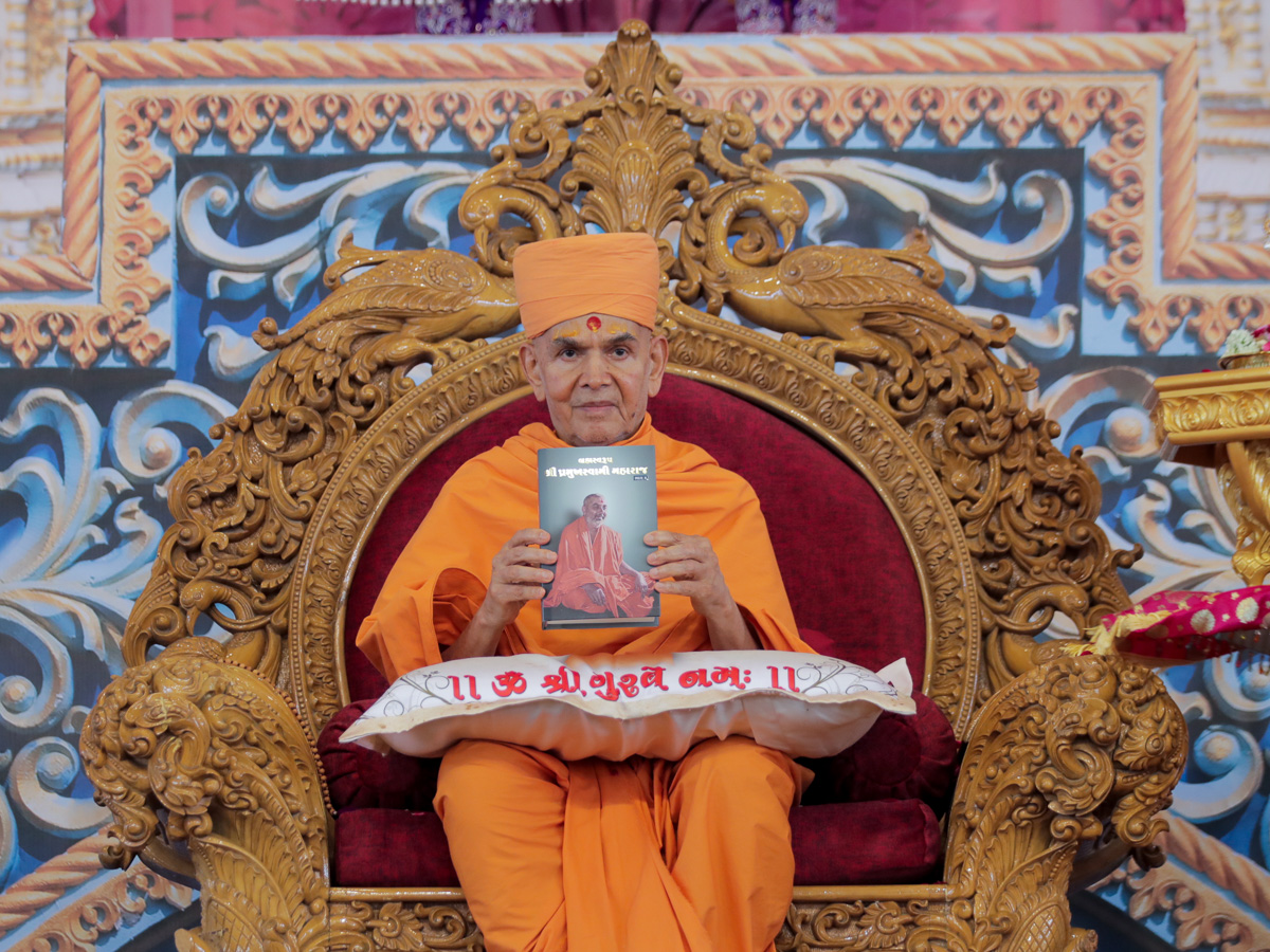 Swamishri inaugurates the second part of the biography of Brahmaswarup Shri Pramukh Swami Maharaj