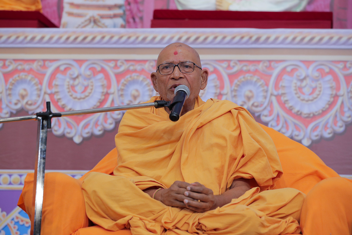 Pujya Kothari Swami addresses the assembly