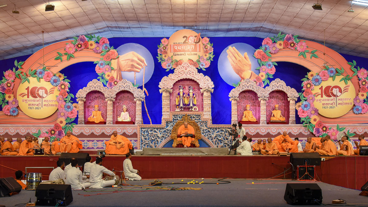 Swamishri and senior sadhus on stage during the assembly