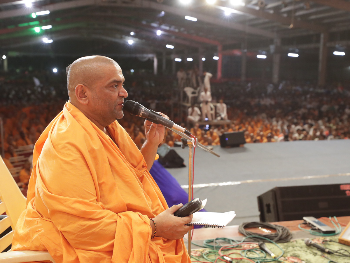 Krishnapriya Swami narrates humourous stories during the assembly