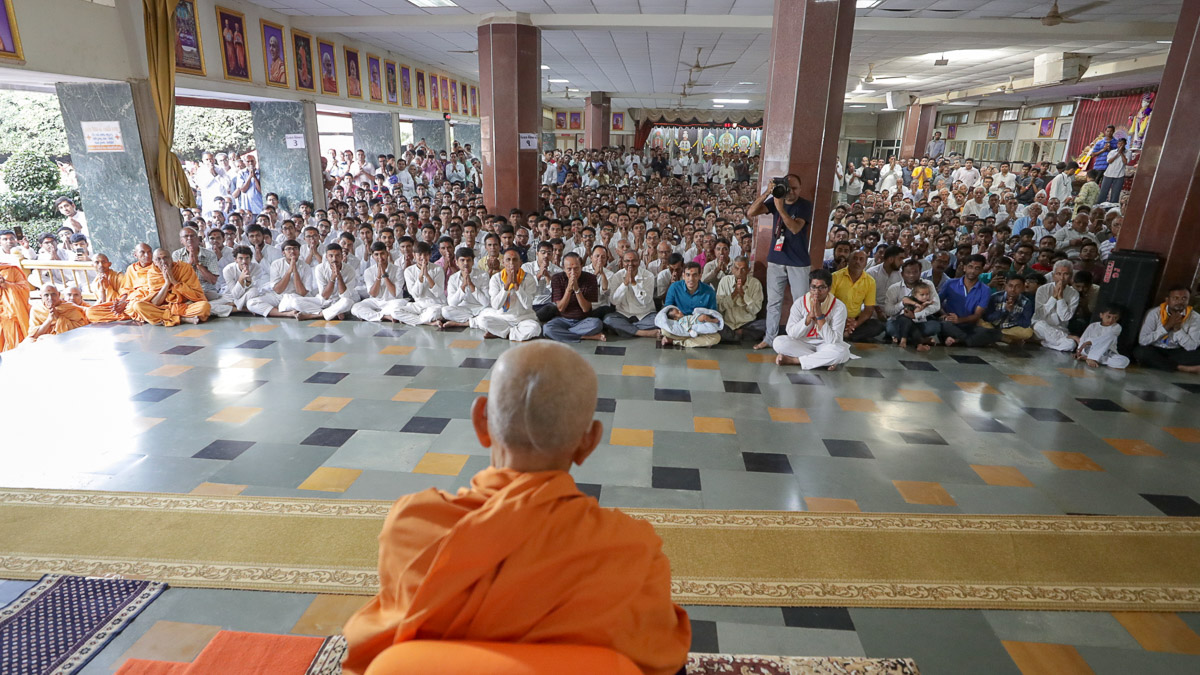 Devotees doing darshan of Swamishri in the assembly hall