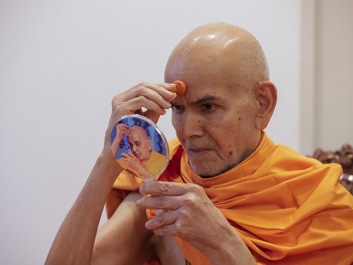 Param Pujya Mahant Swami Maharaj applies chandlo on his forehead