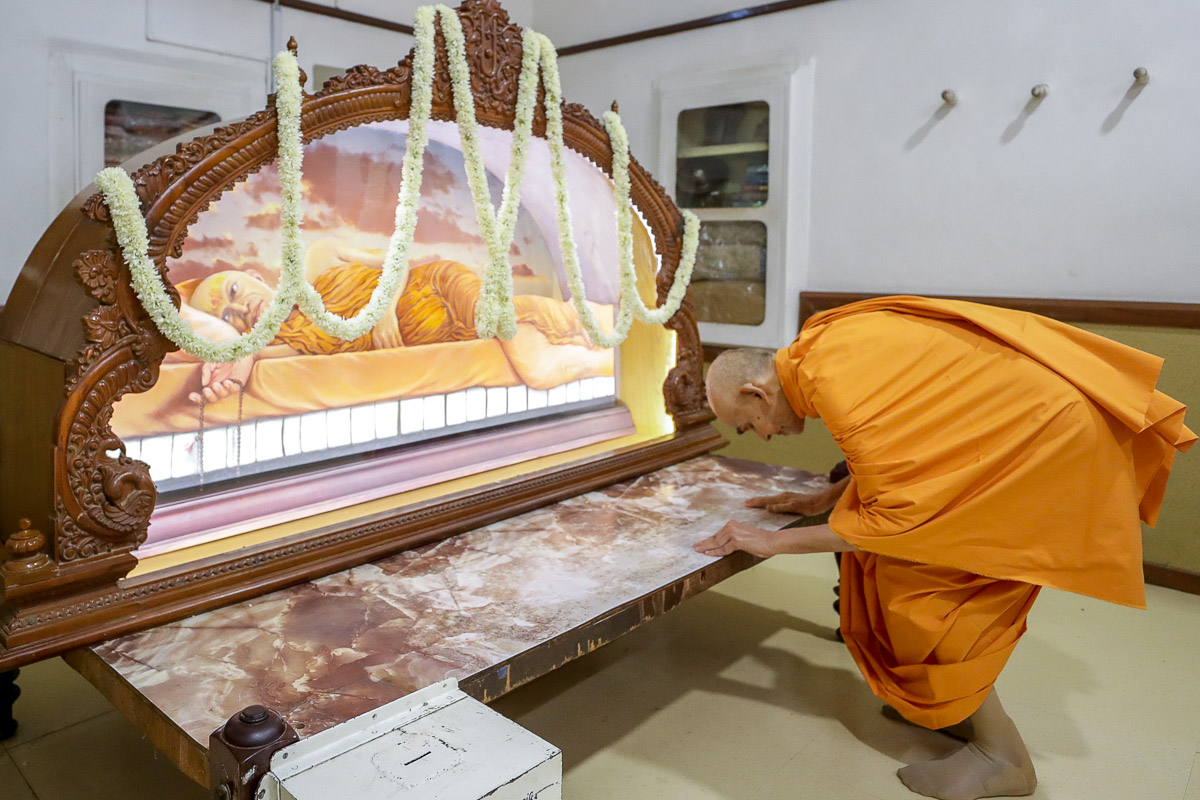 Swamishri engrossed in darshan in the room of Brahmaswarup Shastriji Maharaj