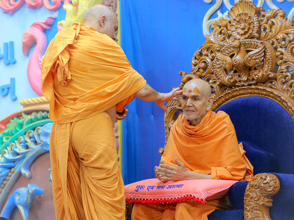 Pujya Viveksagar Swami applies chandan archa to Swamishri