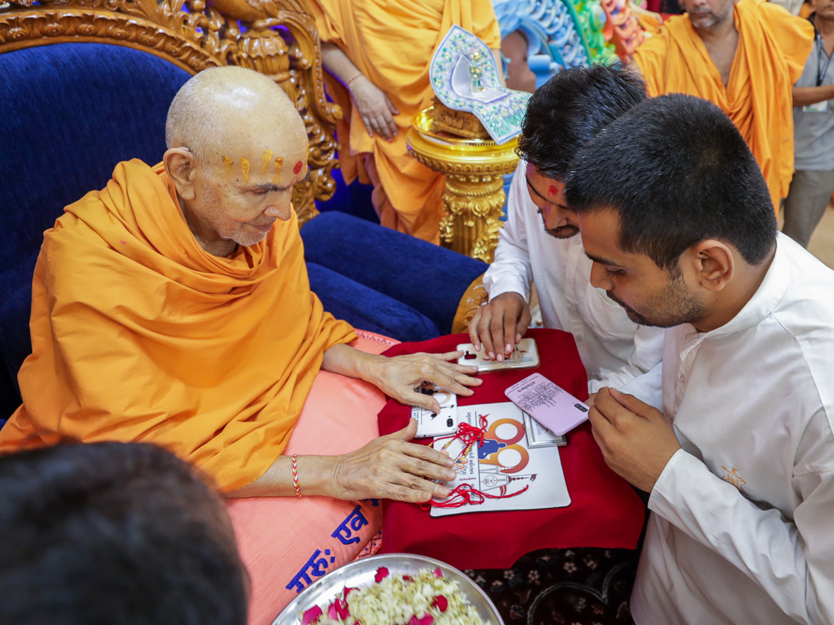 Swamishri sanctifies mementos for Pramukh Swami Maharaj's 99th Janma Jayanti Mahotsav to be celebrated in Chansad