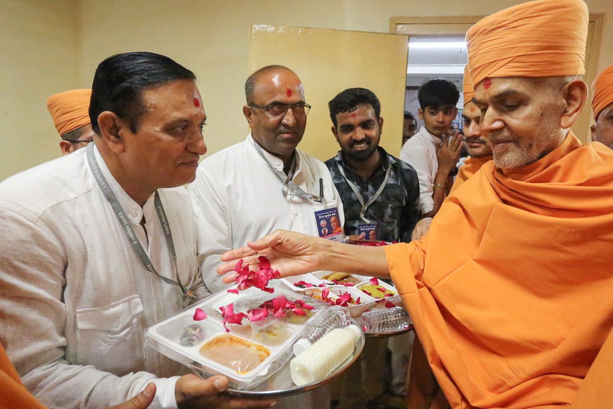 Swamishri sanctifies prasad dishes
