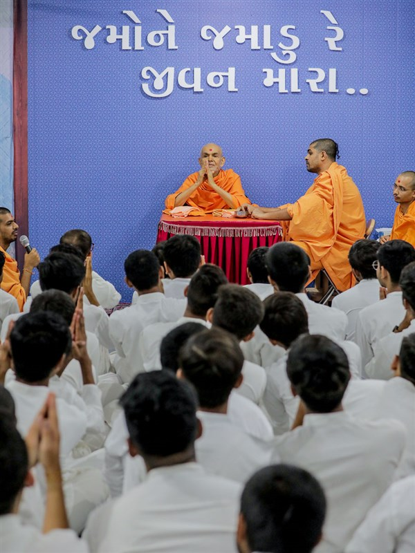 Swamishri greets youths with folded hands
