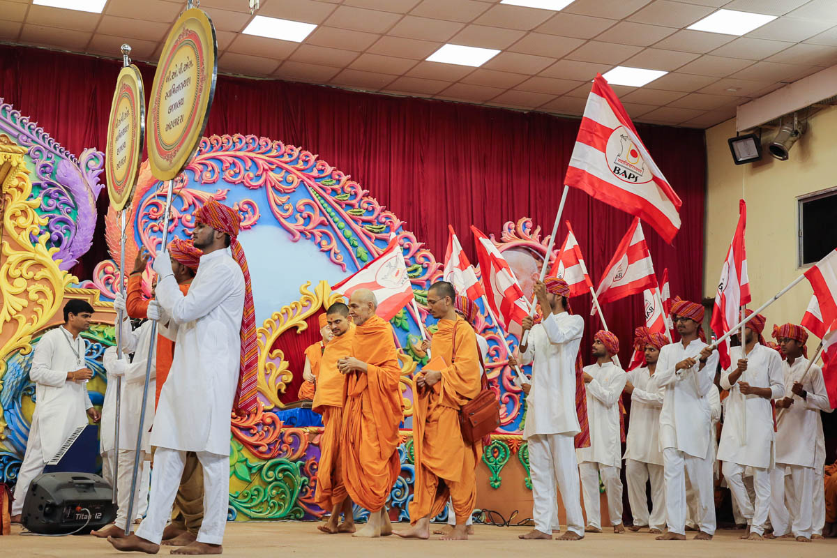 Youths of APC Atladra welcome Swamishri in the evening satsang assembly