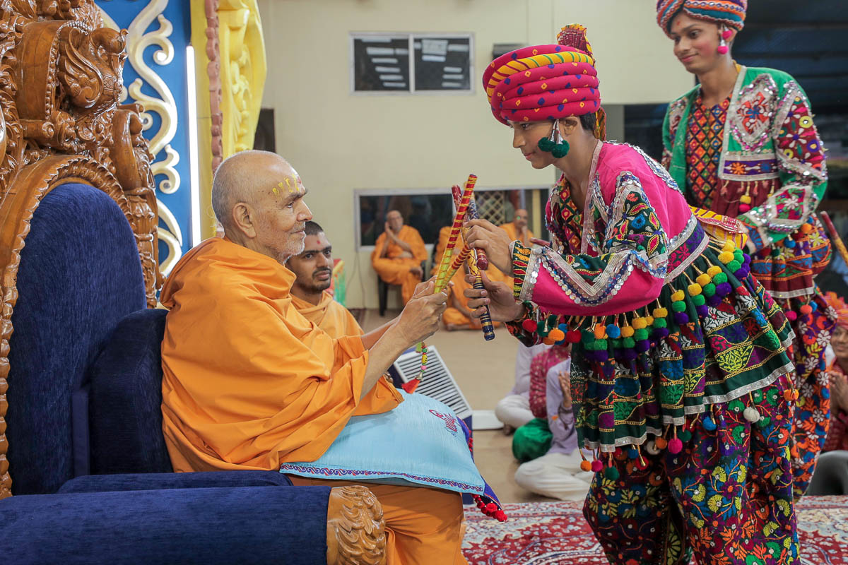 Swamishri plays raas with youths