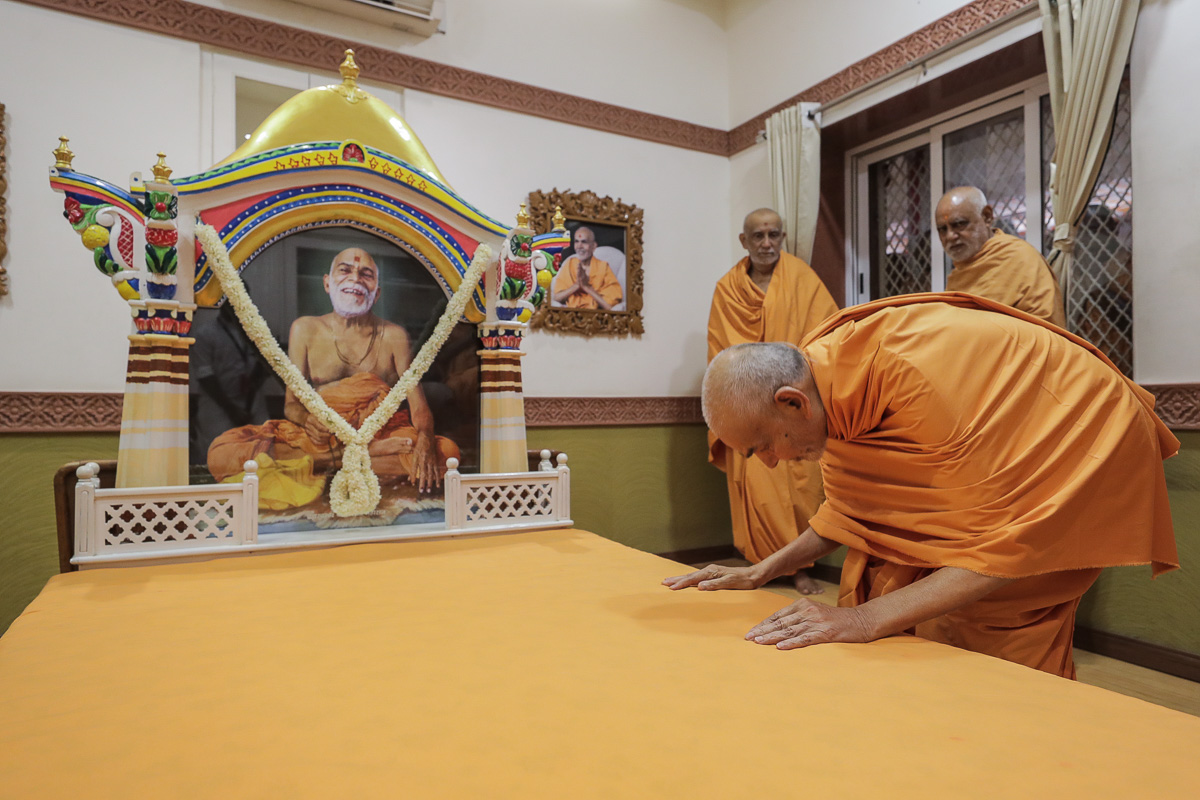 Swamishri engrossed in darshan in the room of Brahmaswarup Yogiji Maharaj
