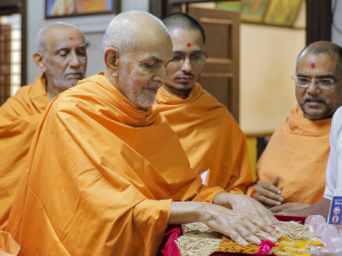Swamishri sanctifies kanthis