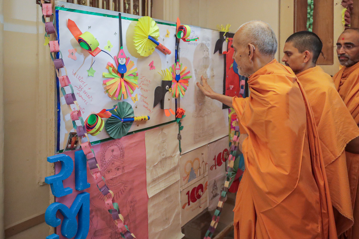 Swamishri sanctifies artwork by children