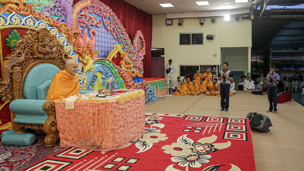 Students recite scriptural passages in Swamishri's puja