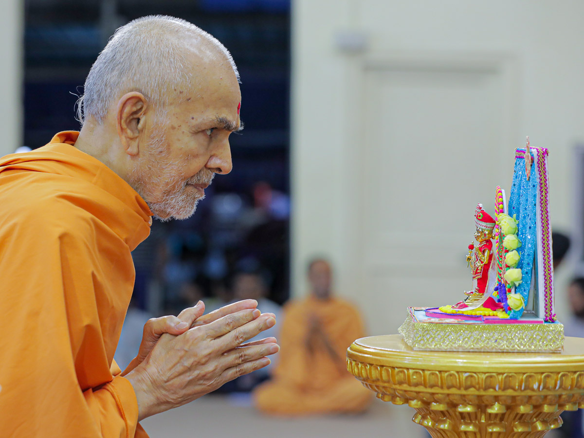 Swamishri engrossed in darshan of Shri Harikrishna Maharaj in the evening satsang assembly