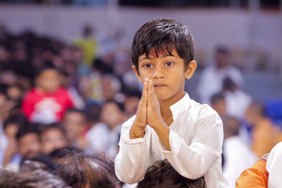 A child doing samip darshan of Swamishri