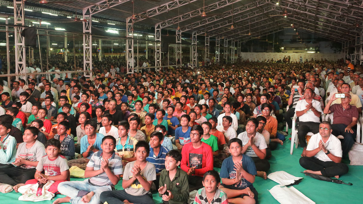 Children and devotees during the arti