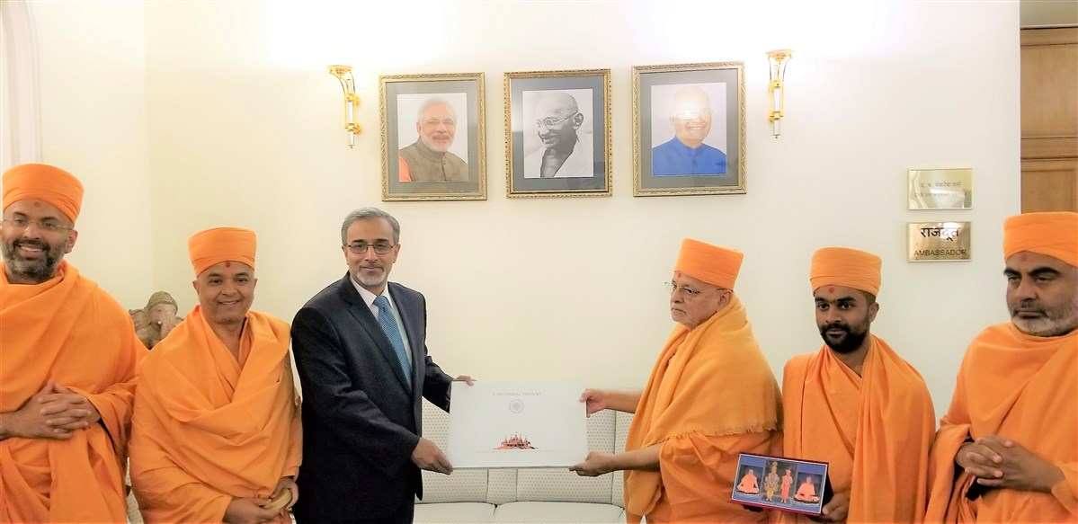 Pujya Ishwarcharan Swami gifted the Ambassador a special souvenir of the upcoming BAPS Hindu Mandir in Abu Dhabi