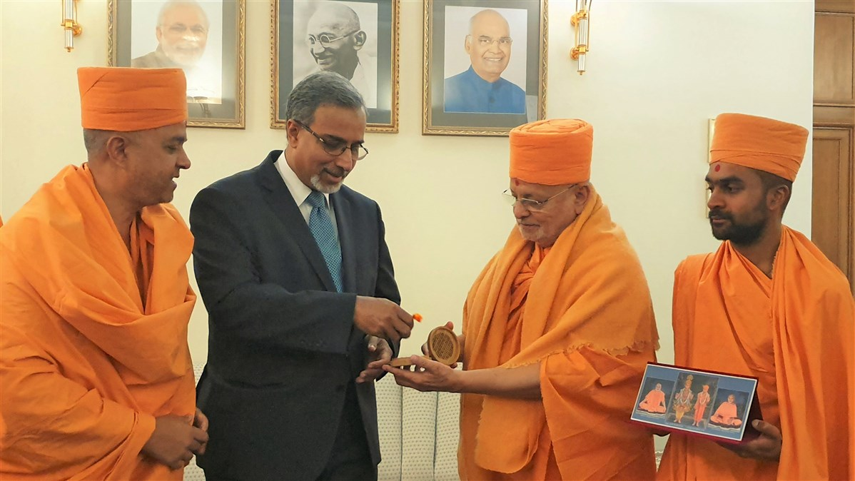 Pujya Ishwarcharan Swami gifted a sanctified mala to His Excellency
