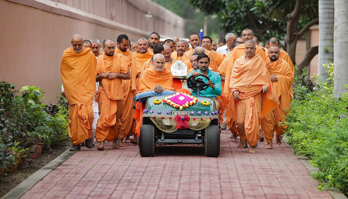 Swamishri on his way to Akshardham